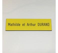 Plaque boîte aux lettres, fond beige texte gravé noir